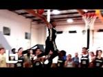 Le meneur Dennis Smith (1m88) dunke par-dessus un joueur de 2m08