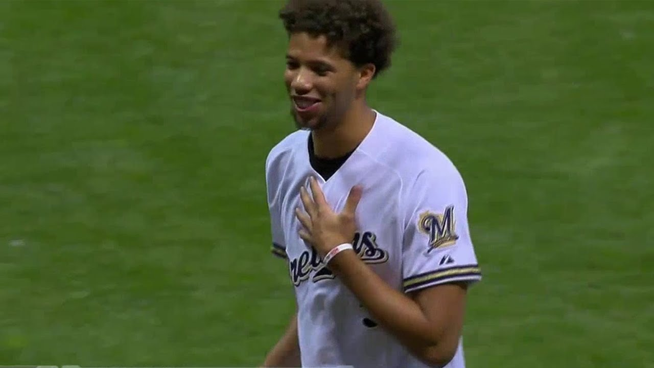 Baseball: Michael Carter-Williams balance le premier lancer sur le cameraman