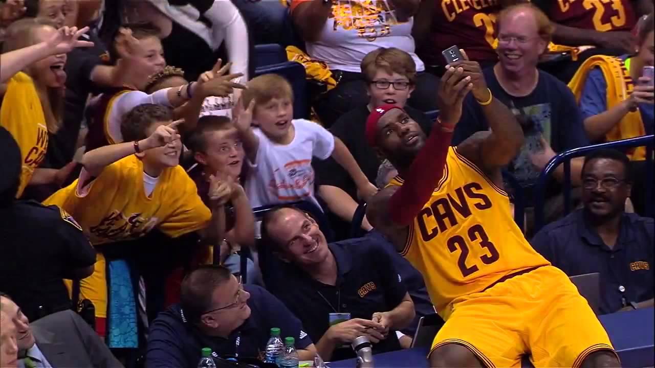 Insolite! LeBron James prend un selfie en plein match avec des fans