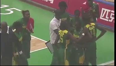 Le coach sénégalais s'énerve violement contre une de ses joueuses