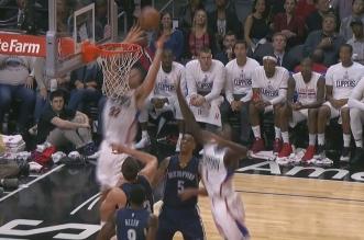Hors du terrain, Blake Griffin jaillit pour une grosse claquette dunk