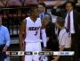 Vidéo: Dwyane Wade fixe l'arbitre et obtient la faute