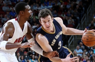 LOUISVILLE, KY - OCTOBER 4: Omer Asik #3 of the New Orleans Pelicans drives against Chris Bosh #1 of the Miami Heat during an NBA game on October 4, 2014 at the KFC Yum! Center in Louisville, KY. NOTE TO USER: User expressly acknowledges and agrees that, by downloading and or using this Photograph, user is consenting to the terms and conditions of the Getty Images License Agreement. Mandatory Copyright Notice: Copyright 2014 NBAE (Photo by Layne Murdoch/NBAE via Getty Images