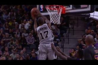 Action oubliée: Jonathon Simmons transforme un air ball en gros dunk