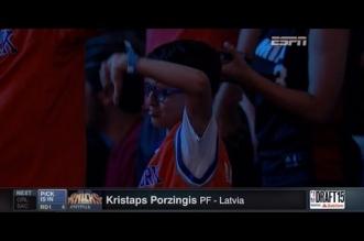 Le fan qui pleurait lorsde la draft de Kristaps Porzingis est devenu fan du Letton