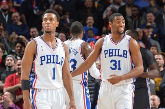 Ish smith, Hollis Thompson  et Isaiah Canaan