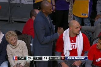 Kobe Bryant fait dégagerLarry Nance Jr pour pouvoir s'asseoir sur le banc