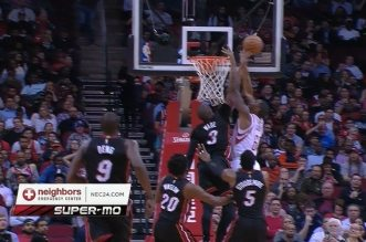 Dwyane Wade contre la tentative de dunk de Terrence Jones