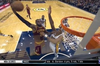 Le rookie Myles Turner bâche la tentative de dunk de LeBron James !