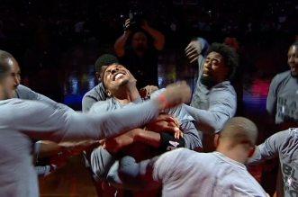 Vidéo: Quand Paul Pierce se fait poignarder par ses coéquipiers