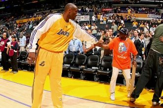 LOS ANGELES, CA - JUNE 10:  Kobe Bryant #24 of the Los Angeles Lakers shakes hands with director Spike Lee before taking on the Boston Celtics in Game Three of the 2008 NBA Finals on June 10, 2008 at Staples Center in Los Angeles, California. NOTE TO USER: User expressly acknowledges and agrees that, by downloading and or using this photograph, User is consenting to the terms and conditions of the Getty Images License Agreement. Mandatory Copyright: 2008 NBAE  (Photo by Jesse D. Garrabrant/NBAE/Getty Images)   Original Filename: 81522797.jpg