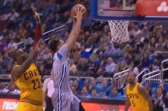LeBron James contre le dunk d'Evan Fournier