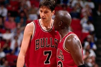Toni Kukoc et Michael Jordan