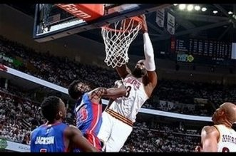 Le violent poster à 2 mains de LeBron James