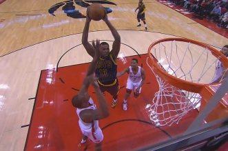 Bismack Biyombo contre le dunk de Thomspon et détruit le layup d'Irving