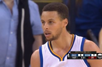 Le 3-points à 9 m de Stephen Curry sur la tête de Steven Adams