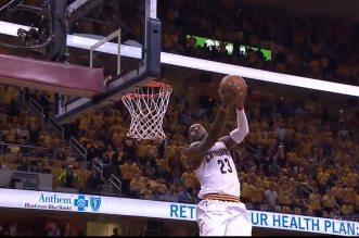 LeBron James intercepte et s'envole de la ligne pointillée pour le dunk renversé!