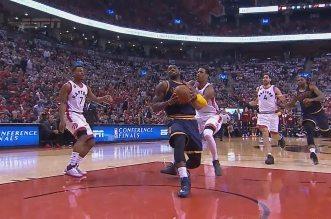 LeBron James réussit à marquer malgré une grosse faute !