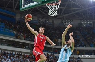 Croatia's shooting guard Mario Hezonja (L) goes to the basket despite Argentina's shooting guard Patricio Garino during a Men's round Group B basketball match between Argentina and Croatia at the Carioca Arena 1 in Rio de Janeiro on August 9, 2016 during the Rio 2016 Olympic Games. / AFP / Andrej ISAKOVIC        (Photo credit should read ANDREJ ISAKOVIC/AFP/Getty Images)