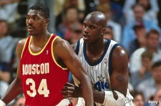 ORLANDO, FL - 1995: Hakeem Olajuwon #34 of the Houston Rockets posts up against Shaquille O'Neal #32 of the Orlando Magic circa 1995 at the Orlando Arena in Orlando, Florida. NOTE TO USER: User expressly acknowledges and agrees that, by downloading and or using this photograph, User is consenting to the terms and conditions of the Getty Images License Agreement. Mandatory Copyright Notice: Copyright 1995 NBAE (Photo by Barry Gossage/NBAE via Getty Images)