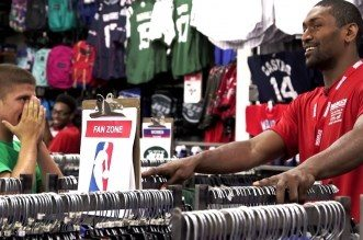 Insolite! Quand Metta World Peace se fait passer pour un vendeur dans une boutique de Times Square