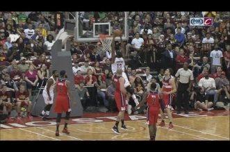 Kyrie Irving dribble toute la défense et sert Tristan Thompson pour le dunk