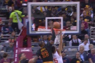 La balade de Kyrie Irving dans la défense des Knicks et l'énorme bâche de LeBron James sur Courtney Lee