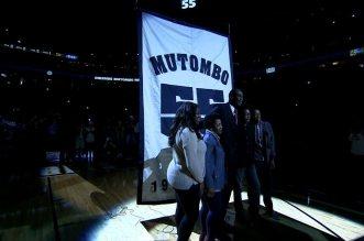 Vidéo: les Denver Nuggets retirent le maillot de Dikembe Mutombo