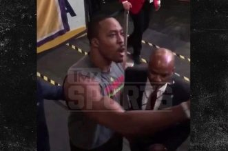Dwight Howard se chauffe avec un fan des Lakers