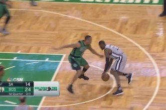 Jonathon Simmons crosse Avery Bradley et trouve David Lee pour le dunk !