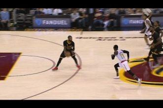 La passe décisive entre les jambes de Kyrie Irving pour LeBron James