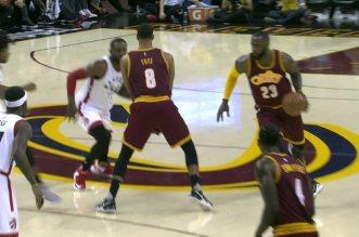 LeBron James slalome dans la défense des Raptors pour aller dunker avec la faute