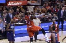 LeBron James claque un gros reverse ligne de fond